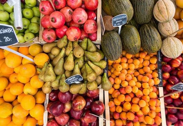 Фрукты и овощи на прилавке