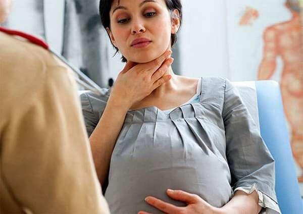 Лечение ангины у беременных нельзя проводить слишком сильными лекарствами.