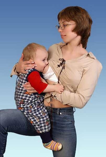 Как кормить ребенка на бедре