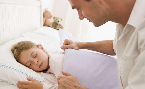 малышам будет очень приятно, если их будут укладывать и мама, и папа вместе.