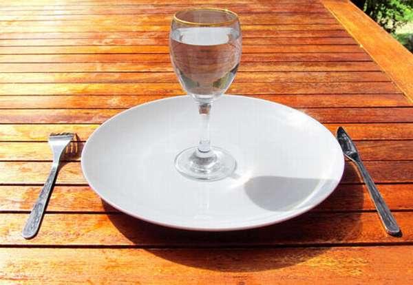 Тарелка и бокал воды