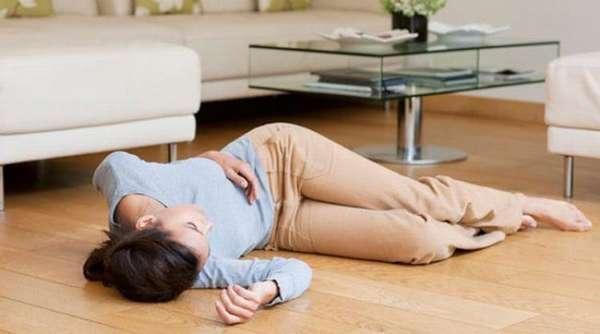 Опасным сигналом при беременности, если у женщины есть киста яичника, будут головные боли и обморок.