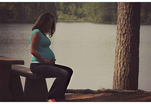 Беременная девушка сидит