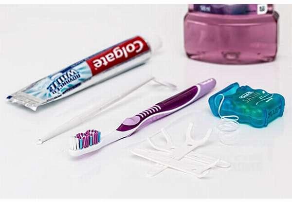 зубная щеточка и паста