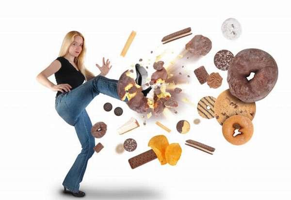 Девушка отбивает сладости