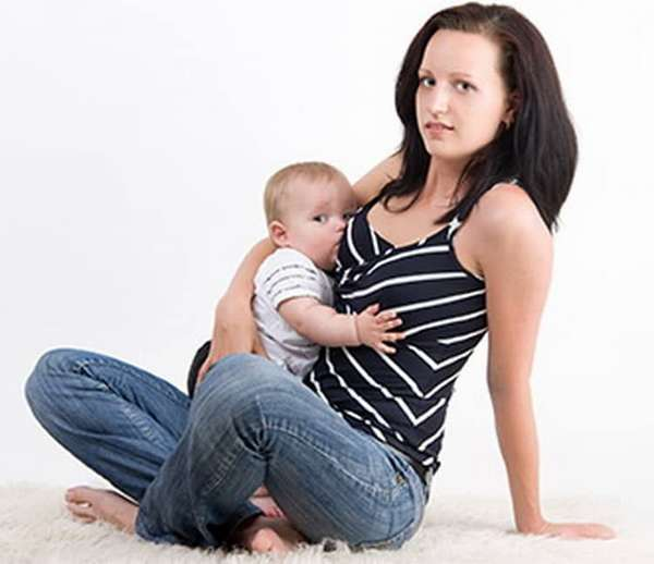 Как кормить ребенка на коленях