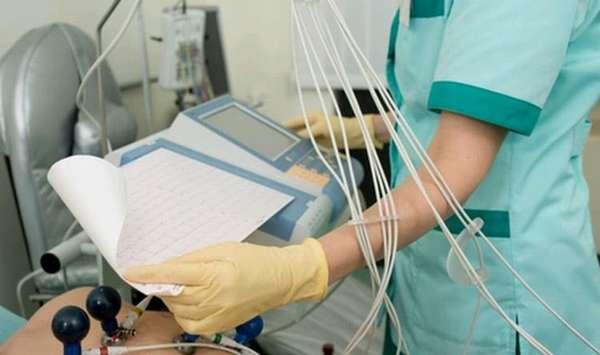 При обращении к врачу с жалобами на тахикардию беременной назначат ряд анализов.