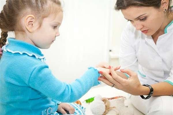При малейшем подозрении на лишай у ребенка надо показать его врачу.