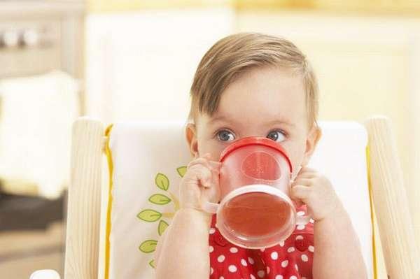 Из напитков для малыша в таком возрасте очень полезным будет компот из сухофруктов.