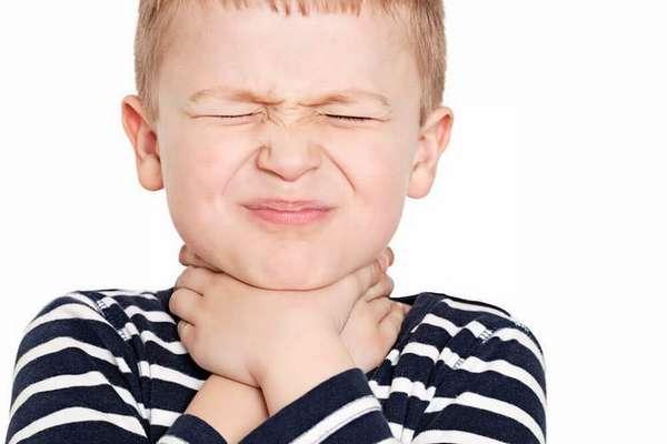 Лечение гнойной ангины у детей 3 лет и старше можно проводить в домашних условиях.