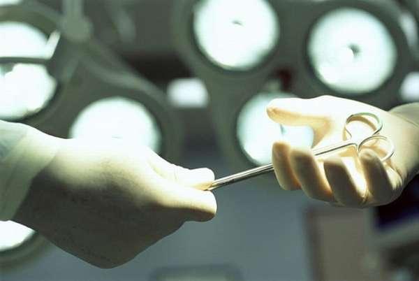 Проводится процедура специальными ножницами.