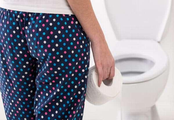 Девушка с туалетной бумагой