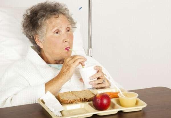бабушка завтракает