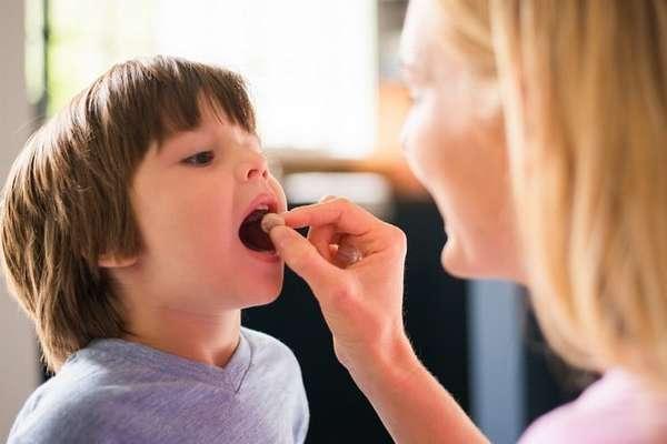Чтобы уберечь ребенка от такого недуга, важно проводить профилактику, закалять его, время от времени пропивать витаминные комплексы.