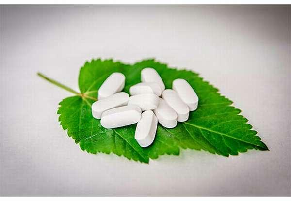 натуральные таблетки на листе