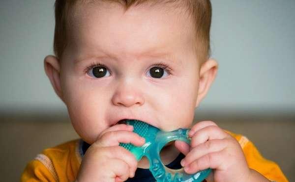 Чтобы облегчить боль и неприятные ощущения малыша, можно купить ему прорезыватель.