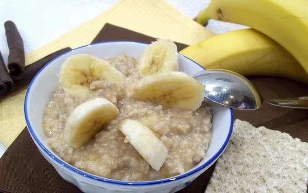 овсяная каша с бананом станет полезным и питательным завтраком для кормящей мамы.