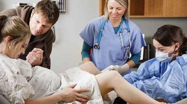 Есть случаи, в которых рожать все-таки нужно в больнице, под наблюдением опытных специалистов.