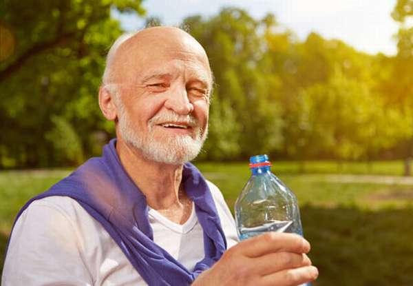 Мужчина с бутылкой воды