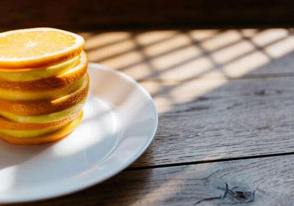 тарелка и апельсин