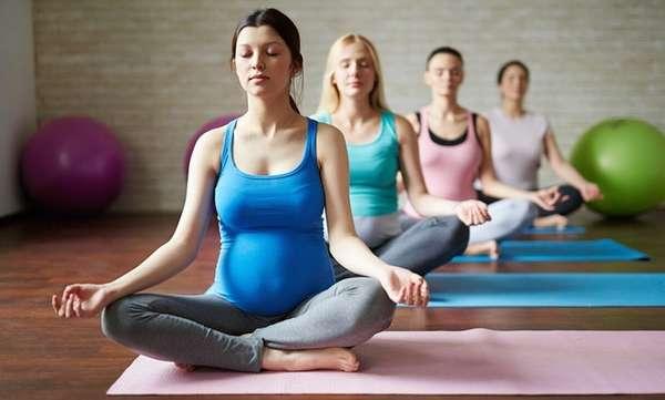 Занятия йогой для беременных помогают легче рожать.