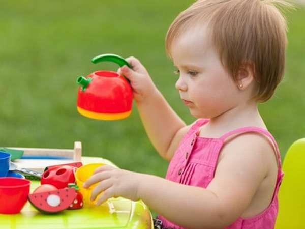 В год ребенок уже чувствует, что многое может делать сам.