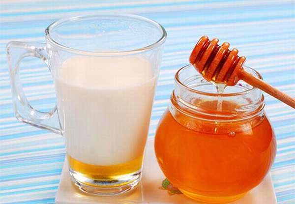 Мед и стакан молока